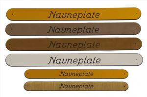 Vi graverer navneplater og urnemerking.Navneplatene leveres i fargene gull, sølv, bronse og hvit